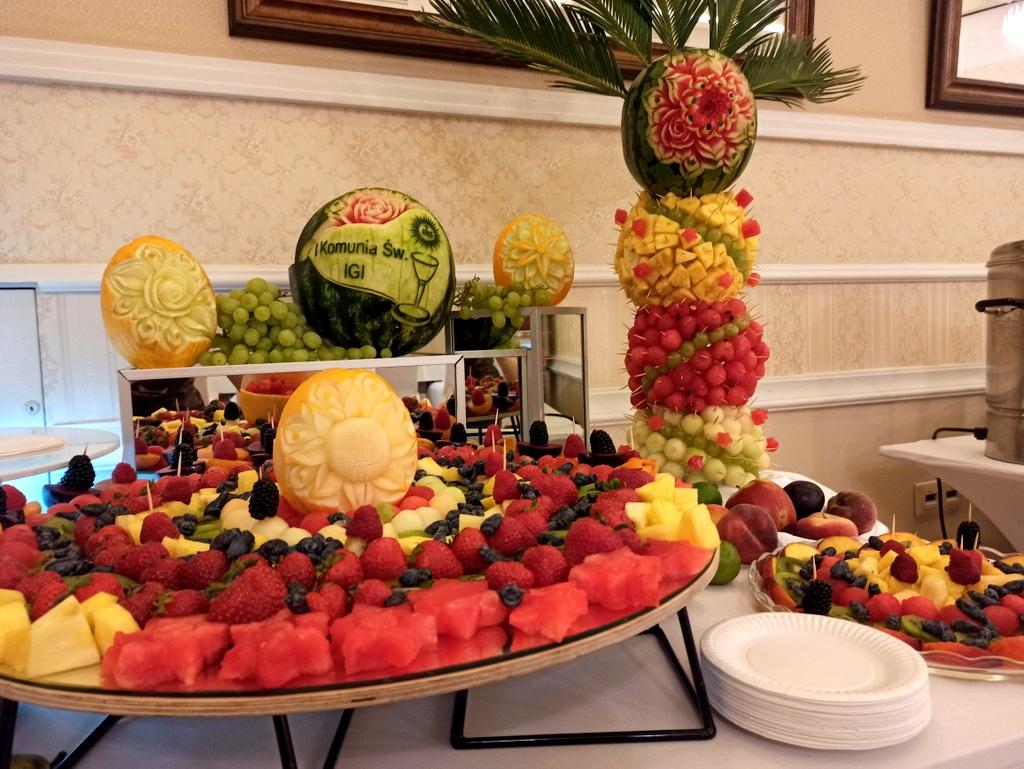 stół owocowy na komunię, owoce na komunię, fontanna czekoladowa na Komunię, fruit carving na komunię, owocowy bar na komunię,