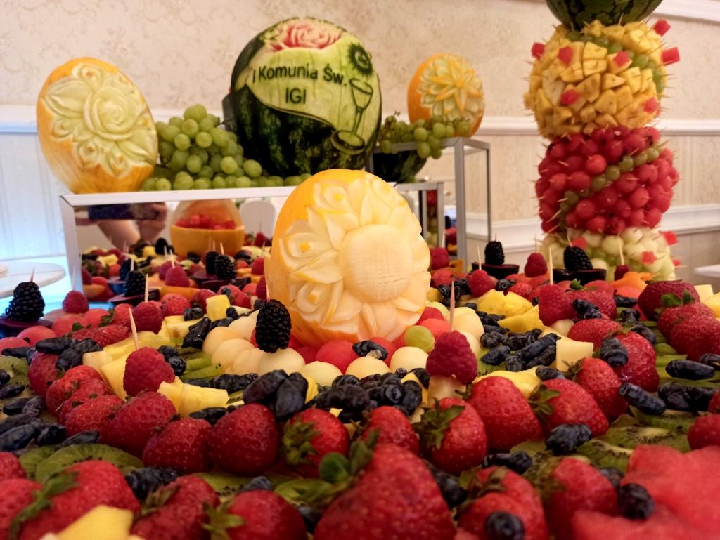 stół owocowy na komunię, rzeowoce na komunię, fontanna czekoladowa na Komunię, fruit carving na komunię, owocowy bar na komunię,