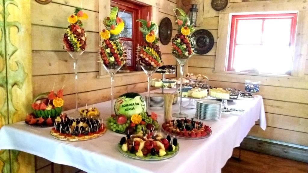 taca z owocami na komunię, rzeźbiony arbuz na komunię, owoce na komunię, ananasy owocowe, dekoracje owocowe na komunię, stół owocowy na Komunię,